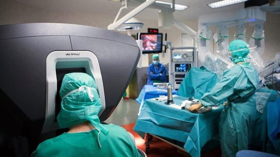 A surgeon (left) steers the da Vinci robot from a console: Source: BBC.CO.UK